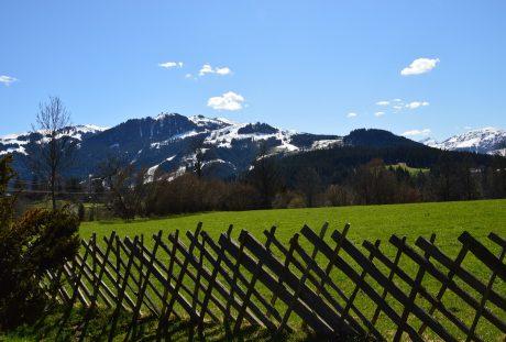 山脚牧场的草坪与木栅栏