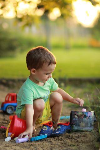 在玩耍的小男孩人物图片