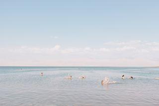 海边游泳的人