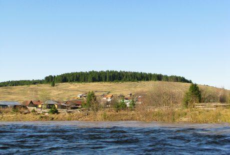 俄罗斯彼尔姆边疆区河畔的村庄风景