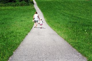 走在乡间小路上的母女人物背影