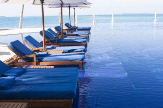 海岸度假村的阳光躺椅
