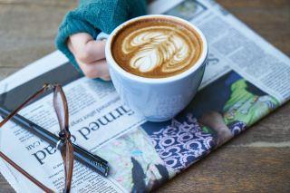 咖啡、报纸、阅读