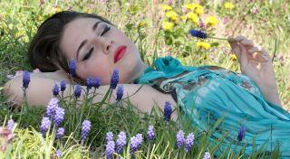 躺在草地上的美女人物