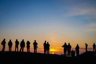日落时分的人群剪影