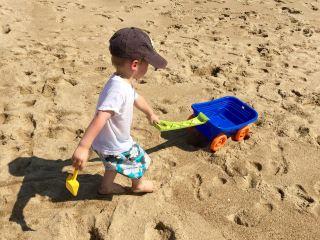沙滩上玩耍的小男孩