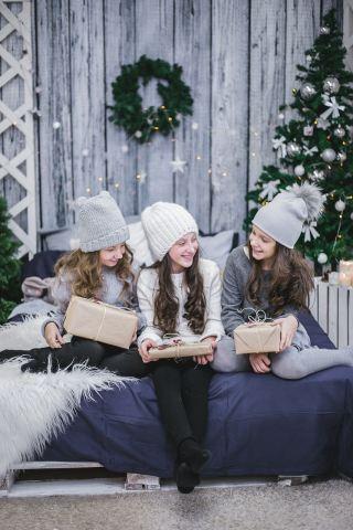 圣诞节收到圣诞礼物的快乐女孩