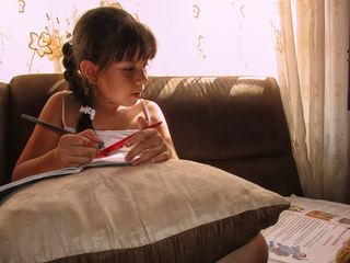 在做作业的小女孩人物