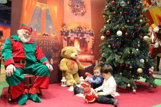 圣诞节快乐的儿童与圣诞老人图片