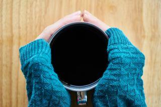 咖啡、手、毛线衣