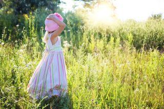 小女孩、野花、草甸