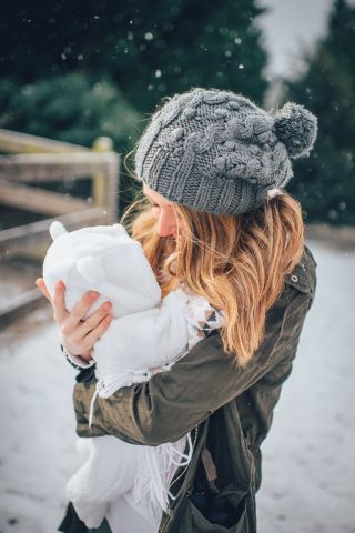 抱着婴儿的金发女人