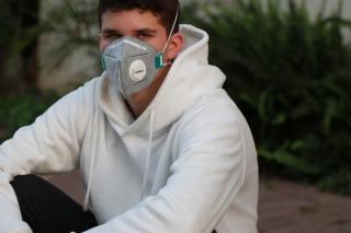 戴口罩的男子