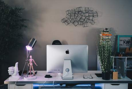 办公桌上的苹果电脑与台灯