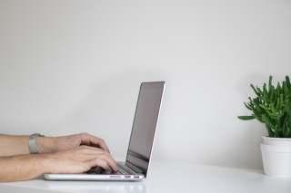 用笔记本电脑打字上网办公的手