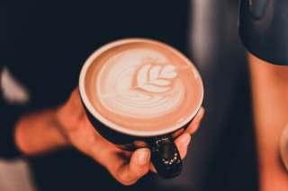 一杯拉花的咖啡图片