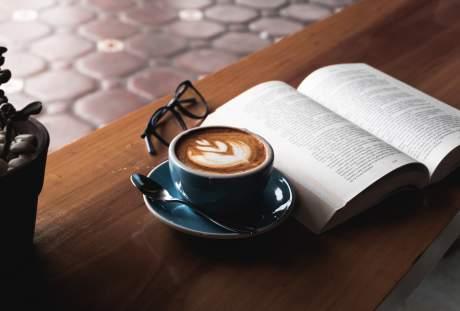 翻开的书籍与一杯咖啡悦读时光图片