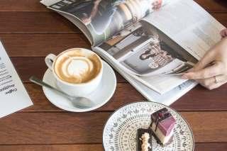 翻阅杂志与一杯咖啡及甜点图片