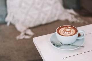 一杯咖啡与不锈钢勺子图片