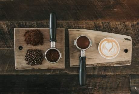 木板上的咖啡与咖啡豆及粉末图片