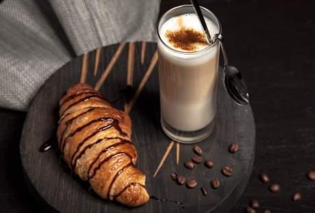 牛奶与牛角面包的早餐图片