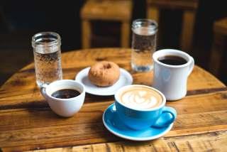 桌面上的咖啡与面包