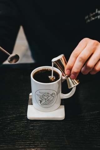 往咖啡里加牛奶的图片