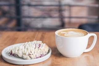 一杯咖啡与甜点图片