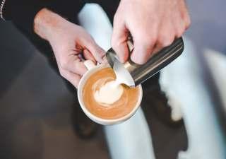 往咖啡杯里倒牛奶