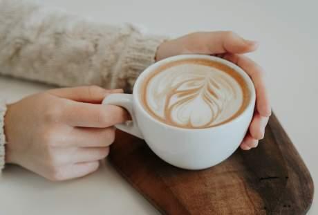 手捧着一杯咖啡 4180×2792