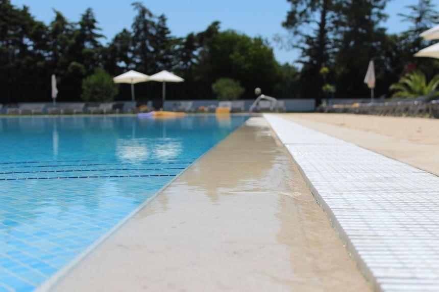 室外的游泳池