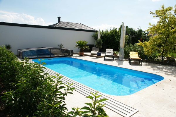 酒店的小型室外露天游泳池