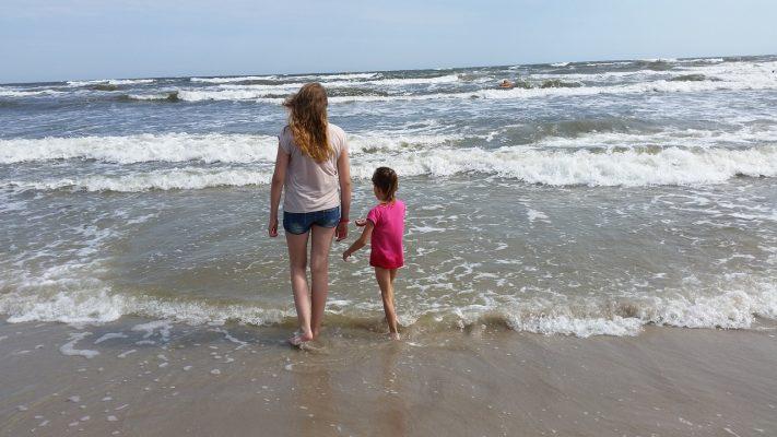 海边的母女人物背影