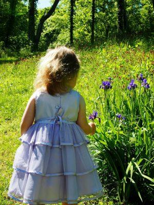 阳光下的小女孩儿童背影