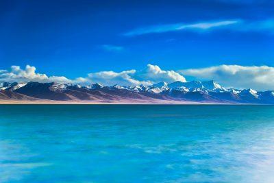 高原湖岸的群山