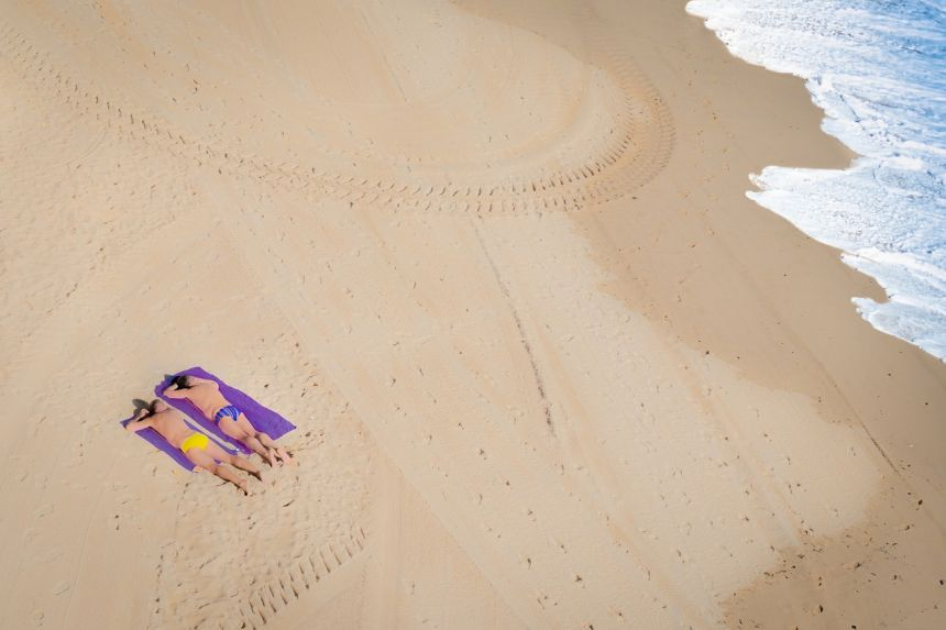 夏日海滩上沐浴阳光的人物