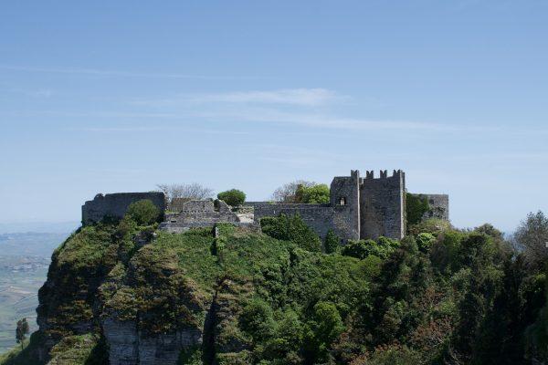意大利西西里山顶上的城堡遗址