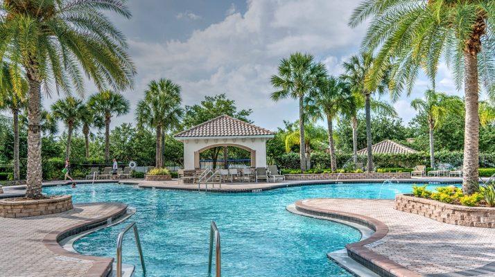度假村室外游泳池与凉亭