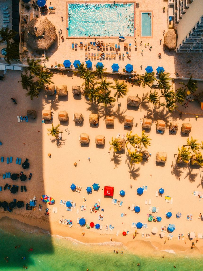 夏日海滩的游泳池