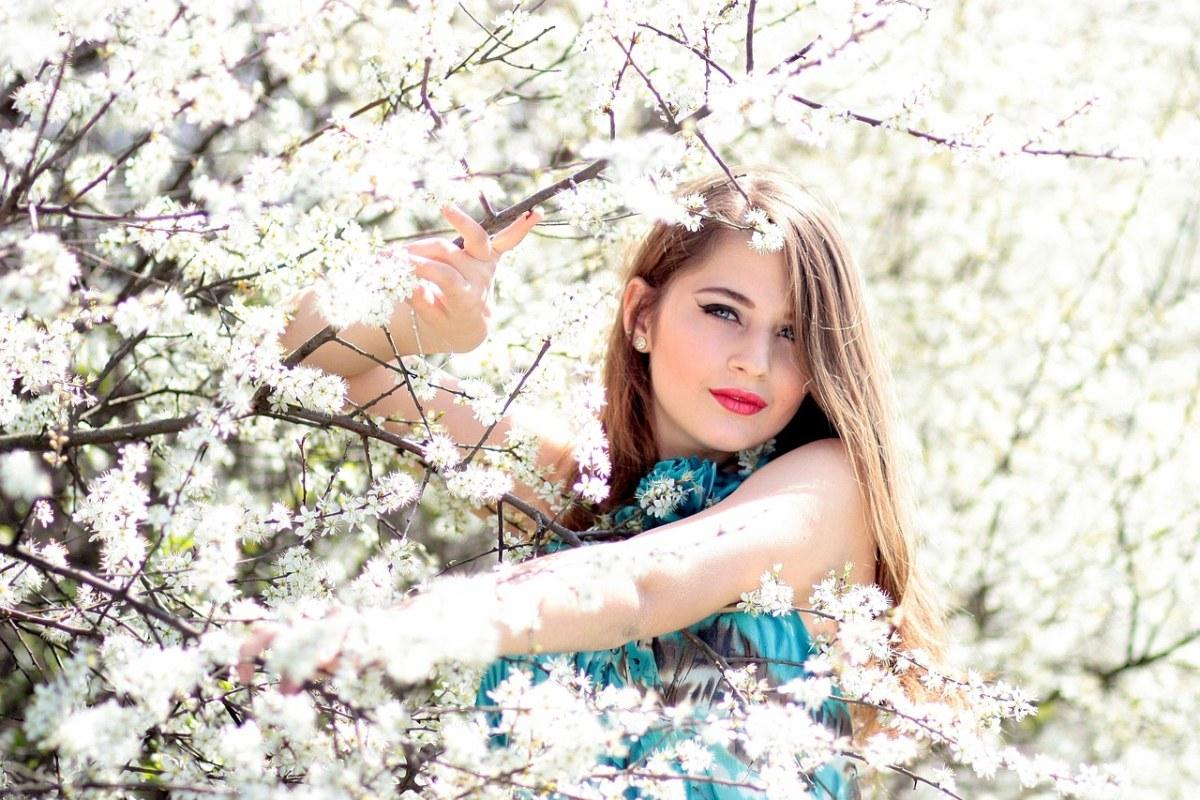 春天的花与长发美女人物肖像