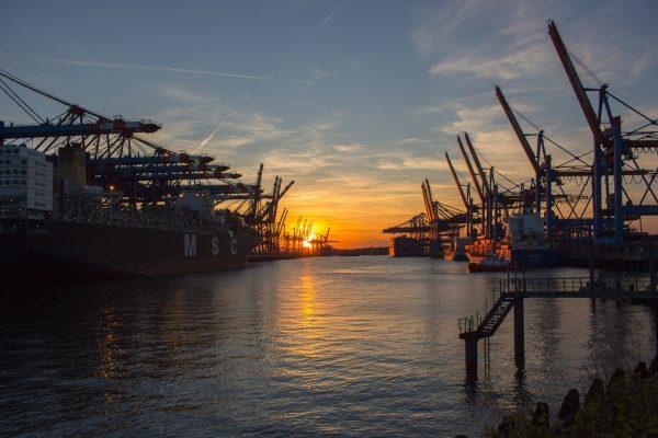 港口的日出与港口起重机