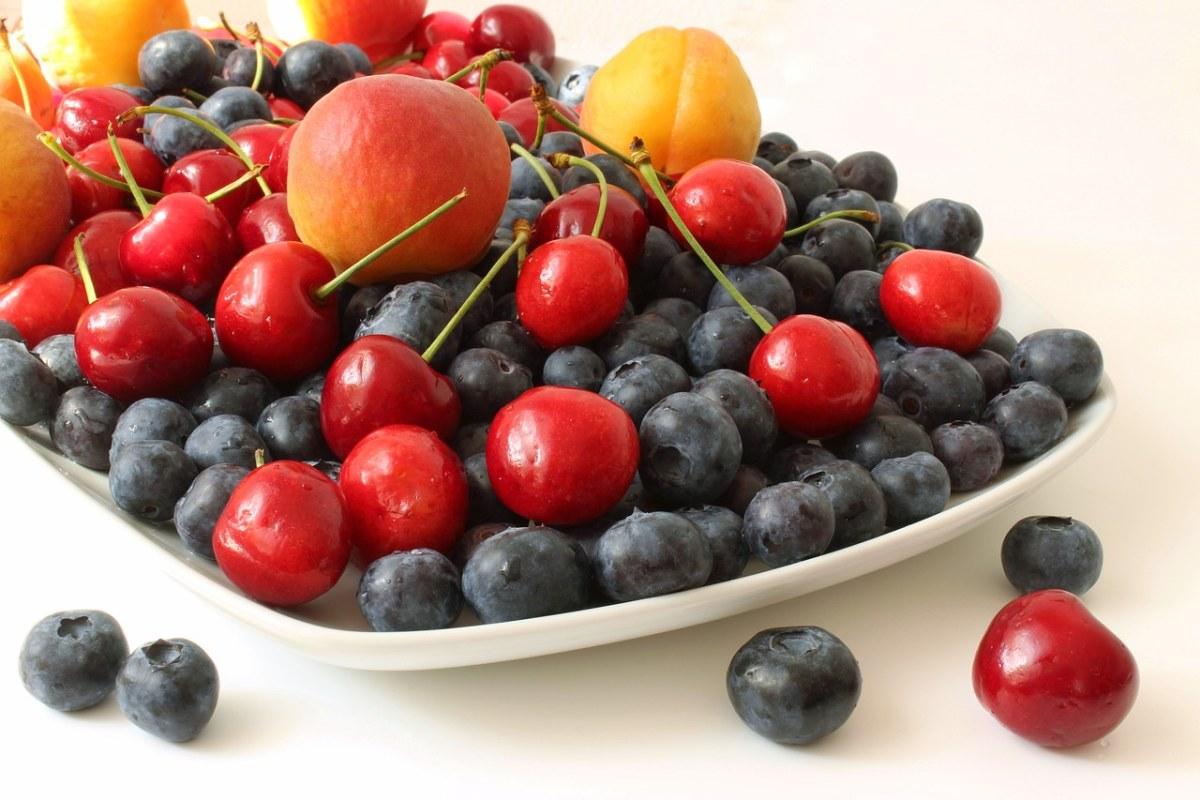 果盘里的蓝莓与樱桃