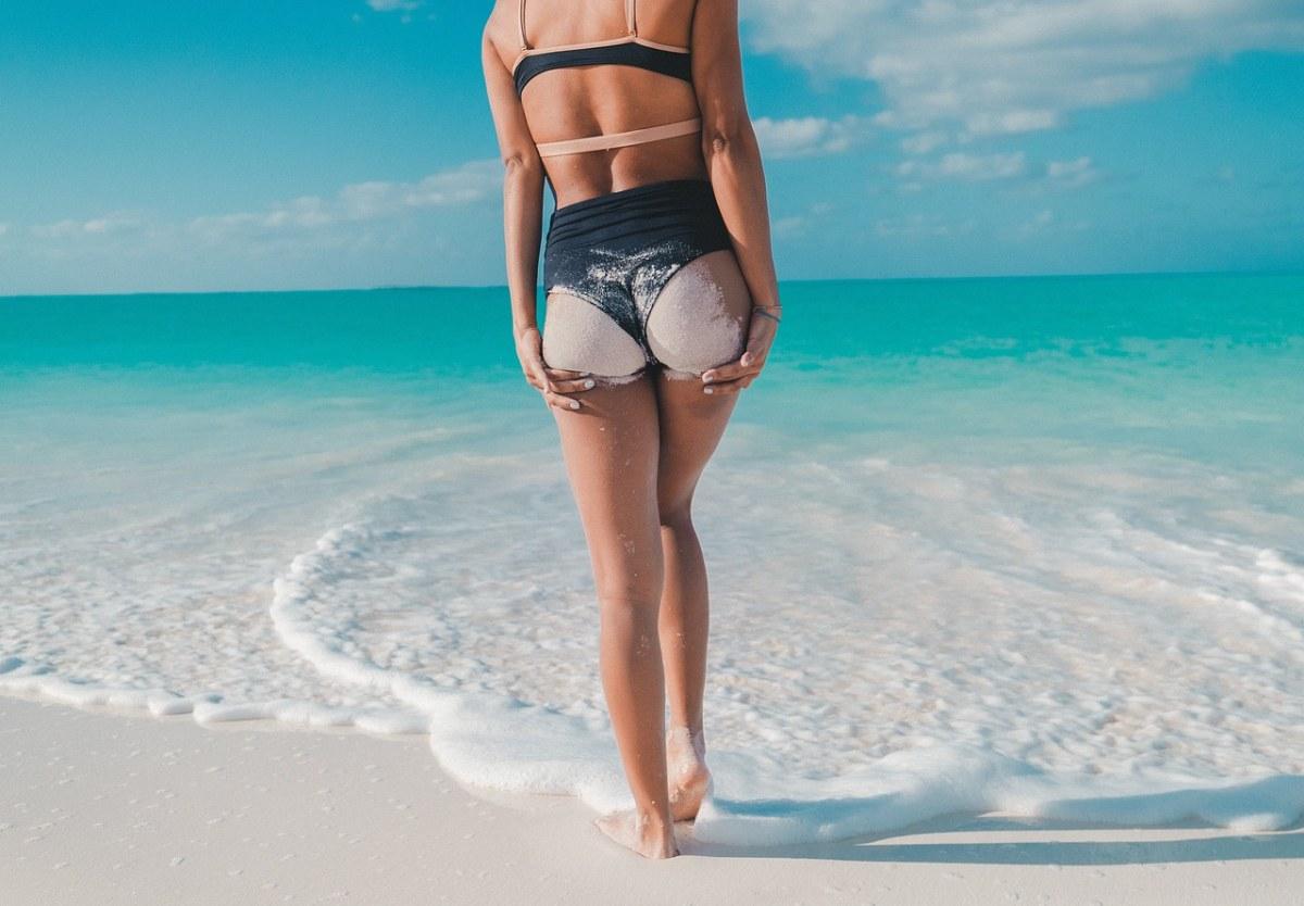 夏日海边的性感泳装美女背影