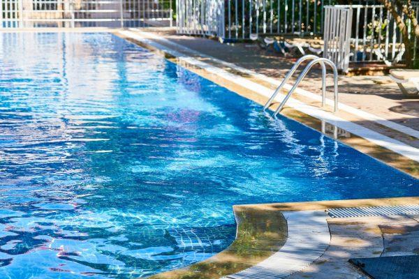 阳光下的游泳池