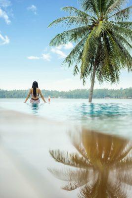 在水中的女生背影