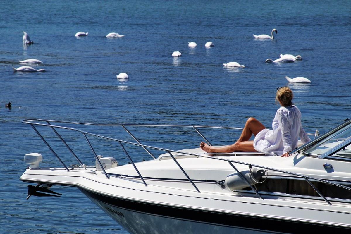 坐在游艇船头的女人