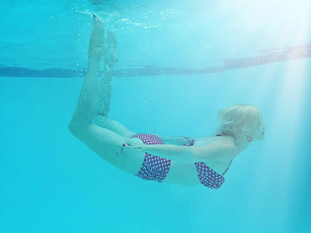 潜水的女性人物