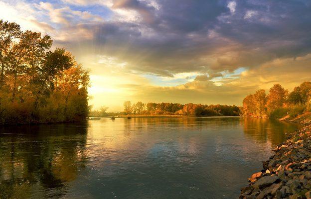 秋天的河流与晚霞风景