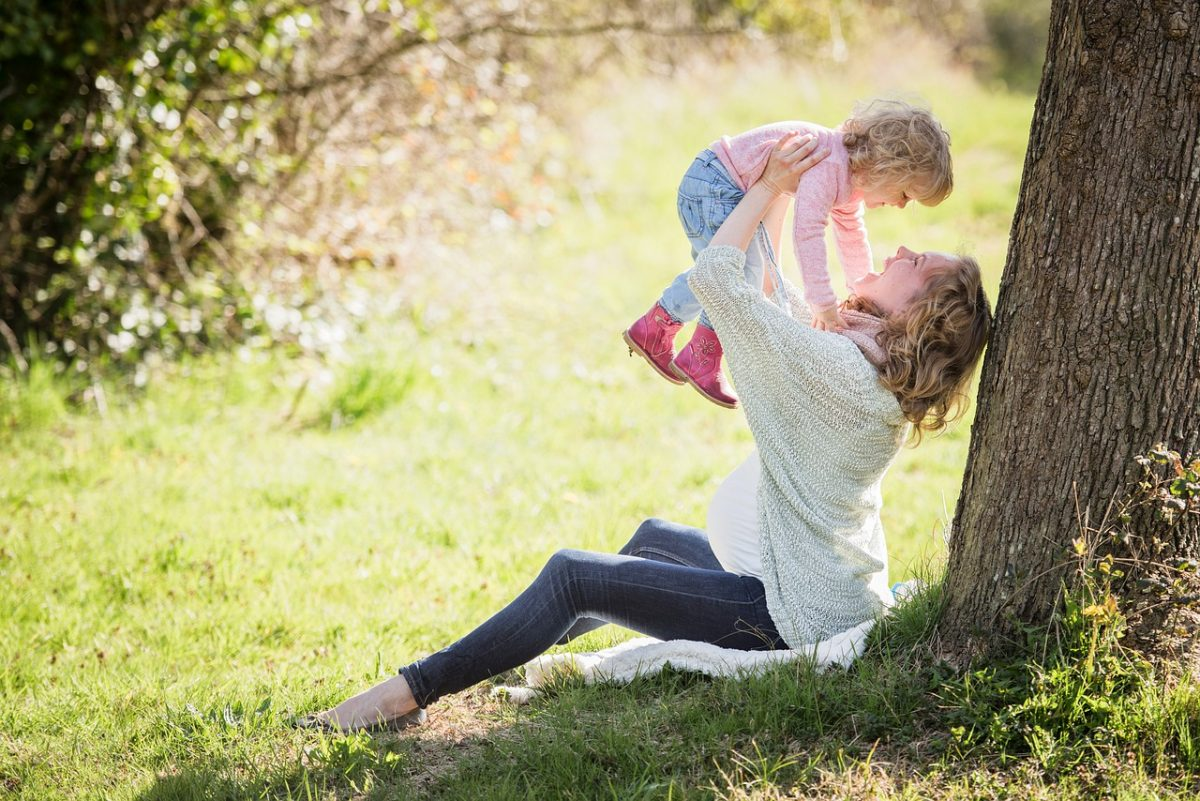 幸福快乐的母女亲子人物