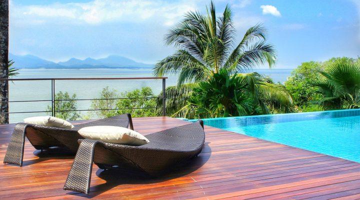 海岸的露天游泳池和休闲躺椅